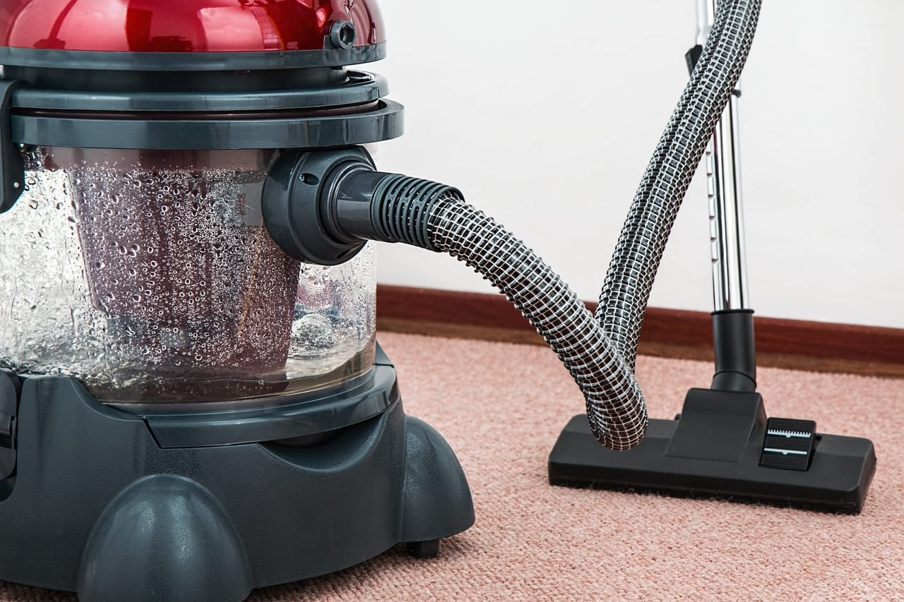 Carpet cleaner device on carpet
